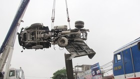 Train smashes into truck in Hanoi